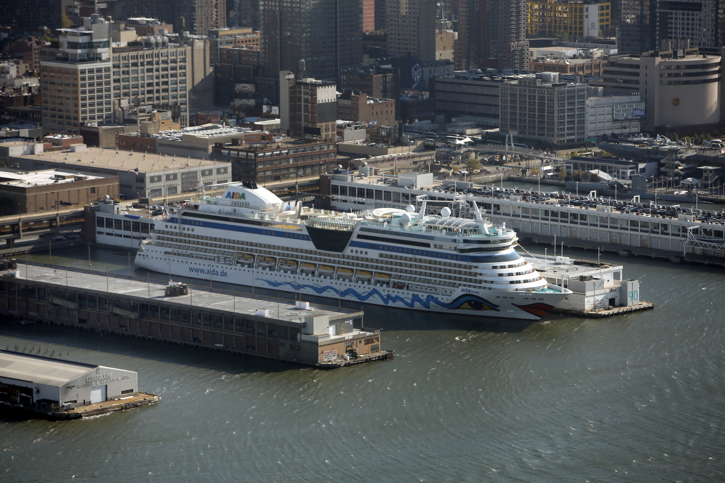 Cruise USA New York Manhattan Cruiseboot Aida Luchtfoto