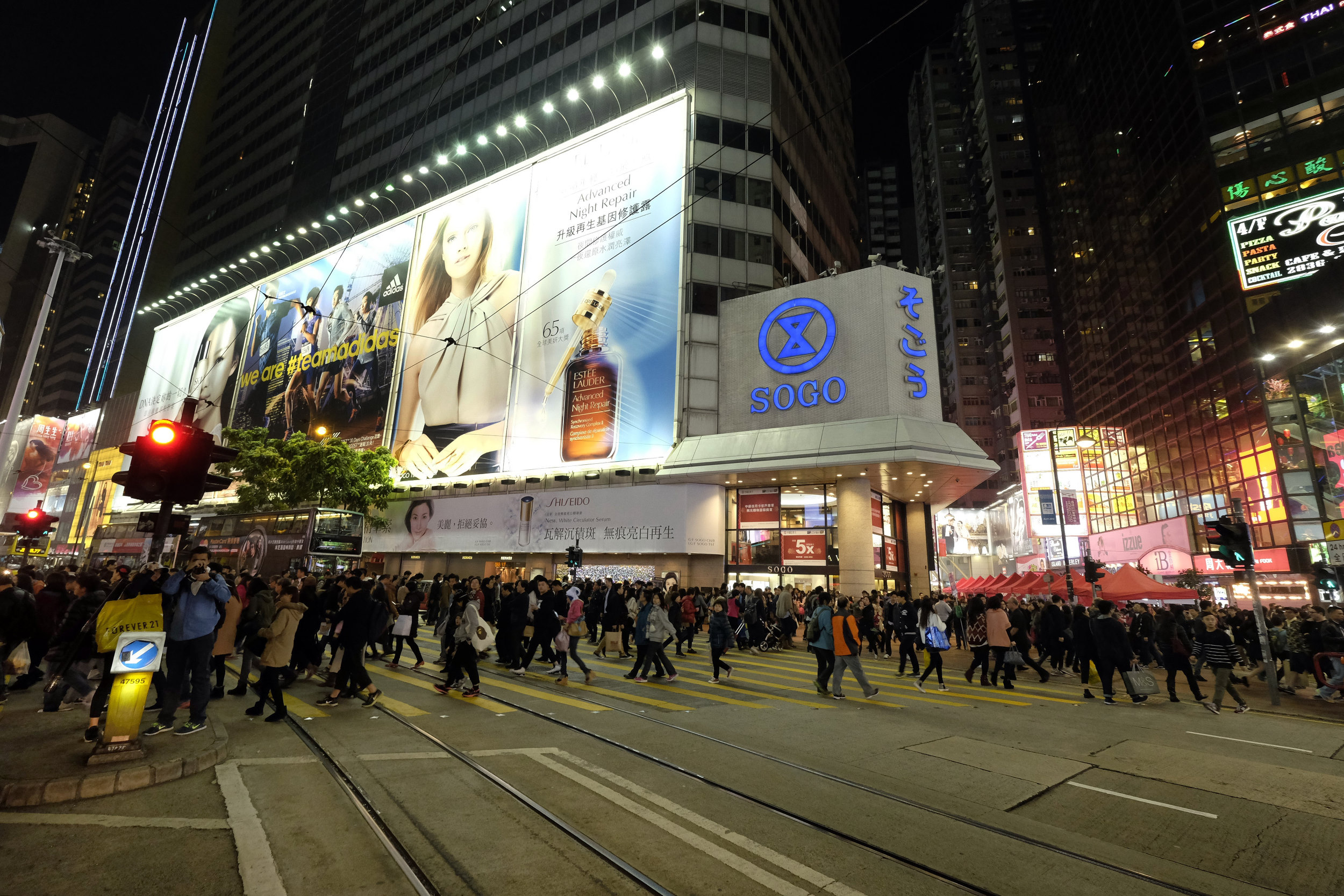 Hong Kong Causeway Bay Straatbeeld Billboards Sogo