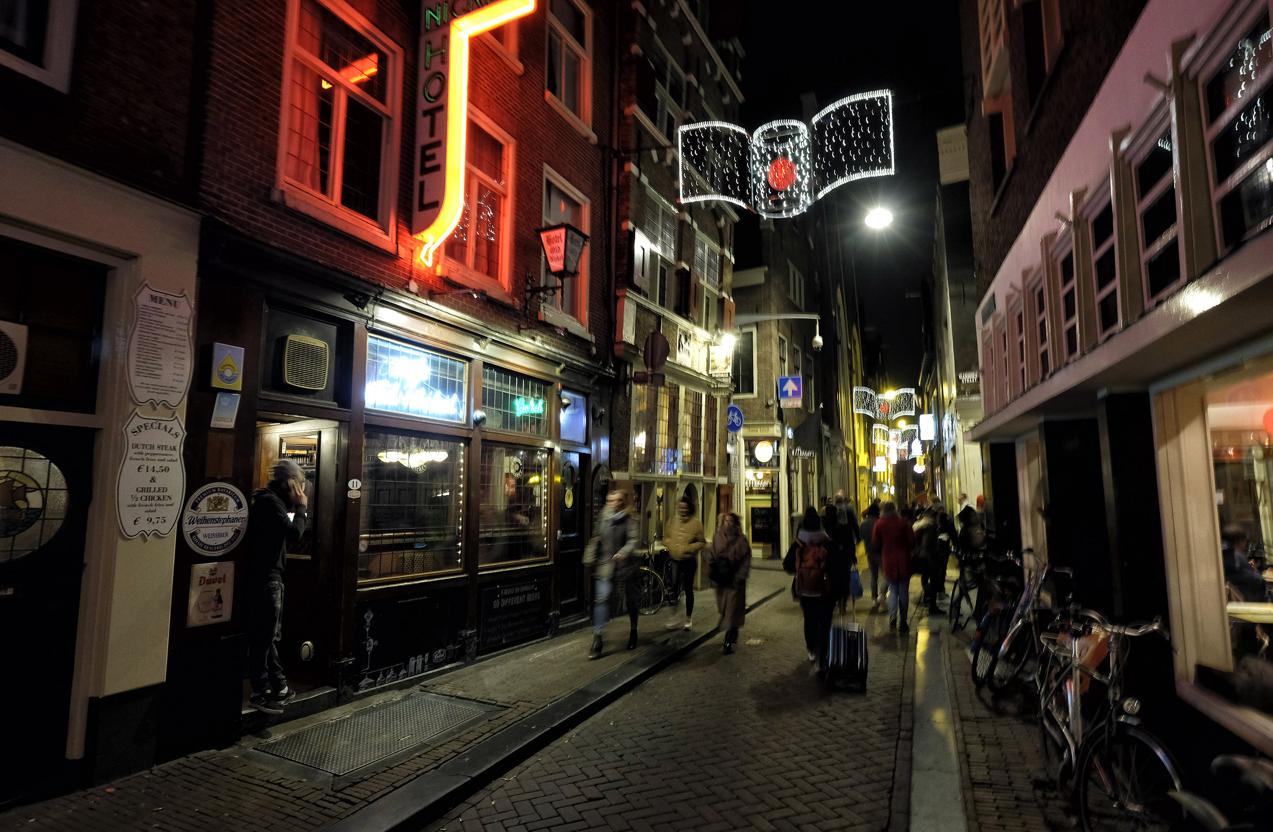 Amsterdam Wallen Red Light District Warmoesstraat avond toeristen bar hotel