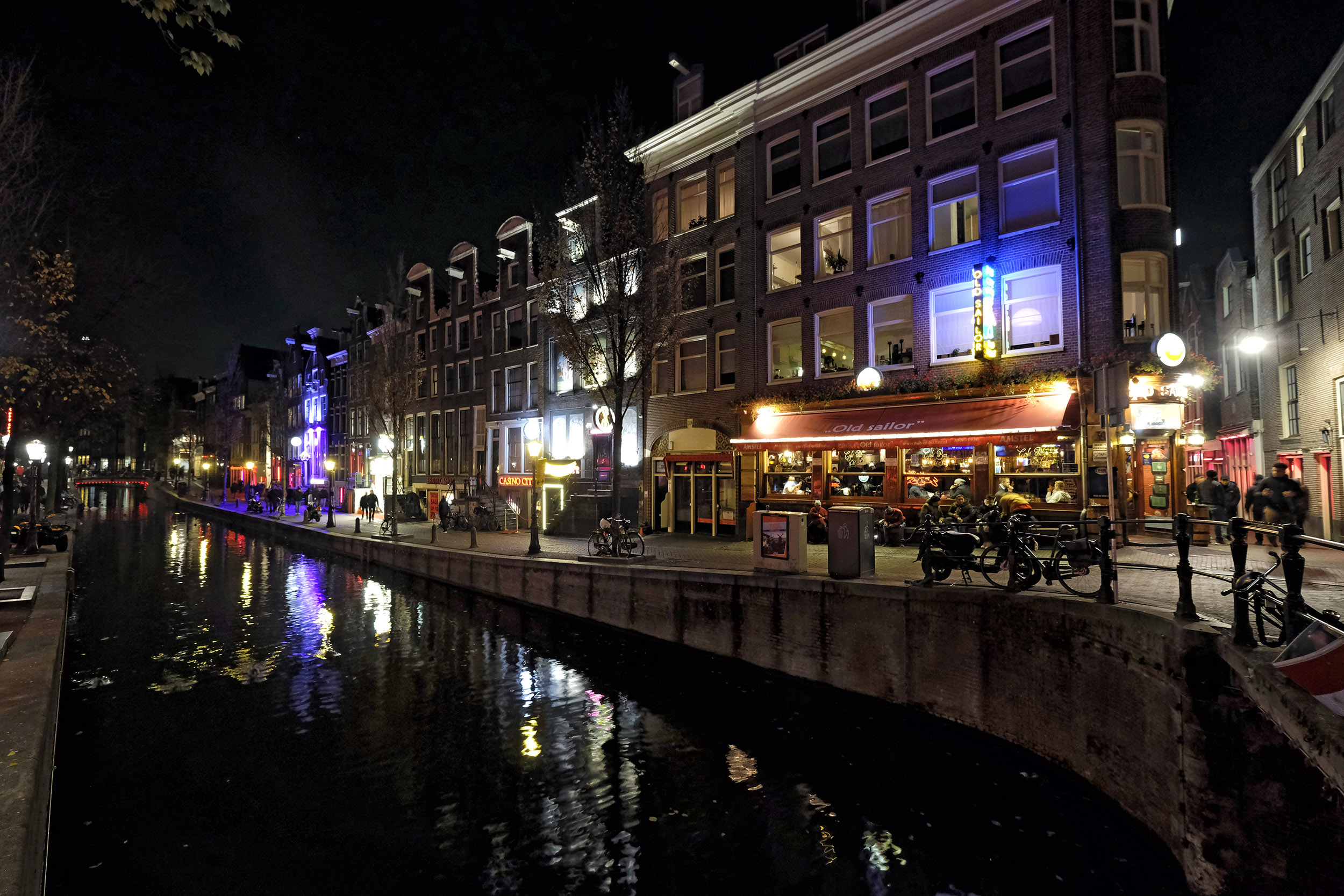 Amsterdam Wallen Red Light District avond toeristen gracht