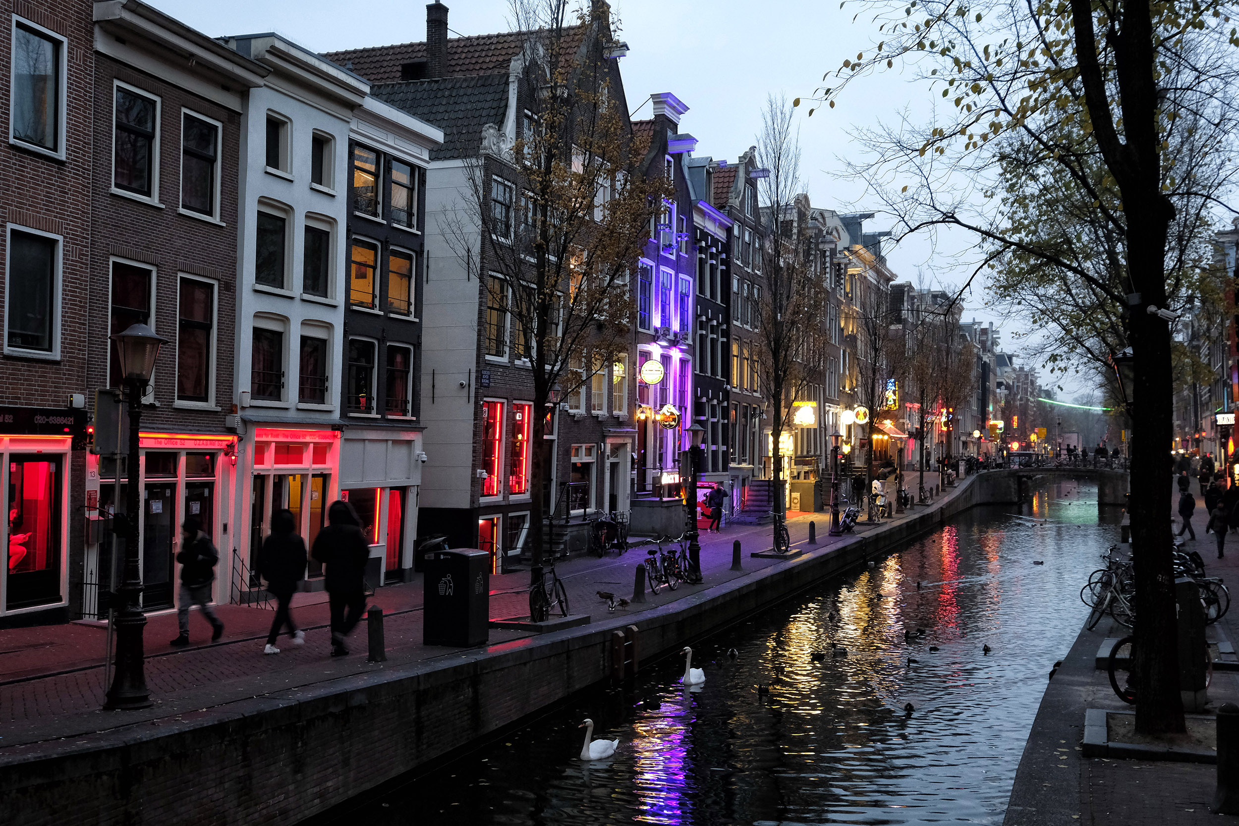 Amsterdam Wallen Red Light District prostitutie bordeel bordelen ramen gracht