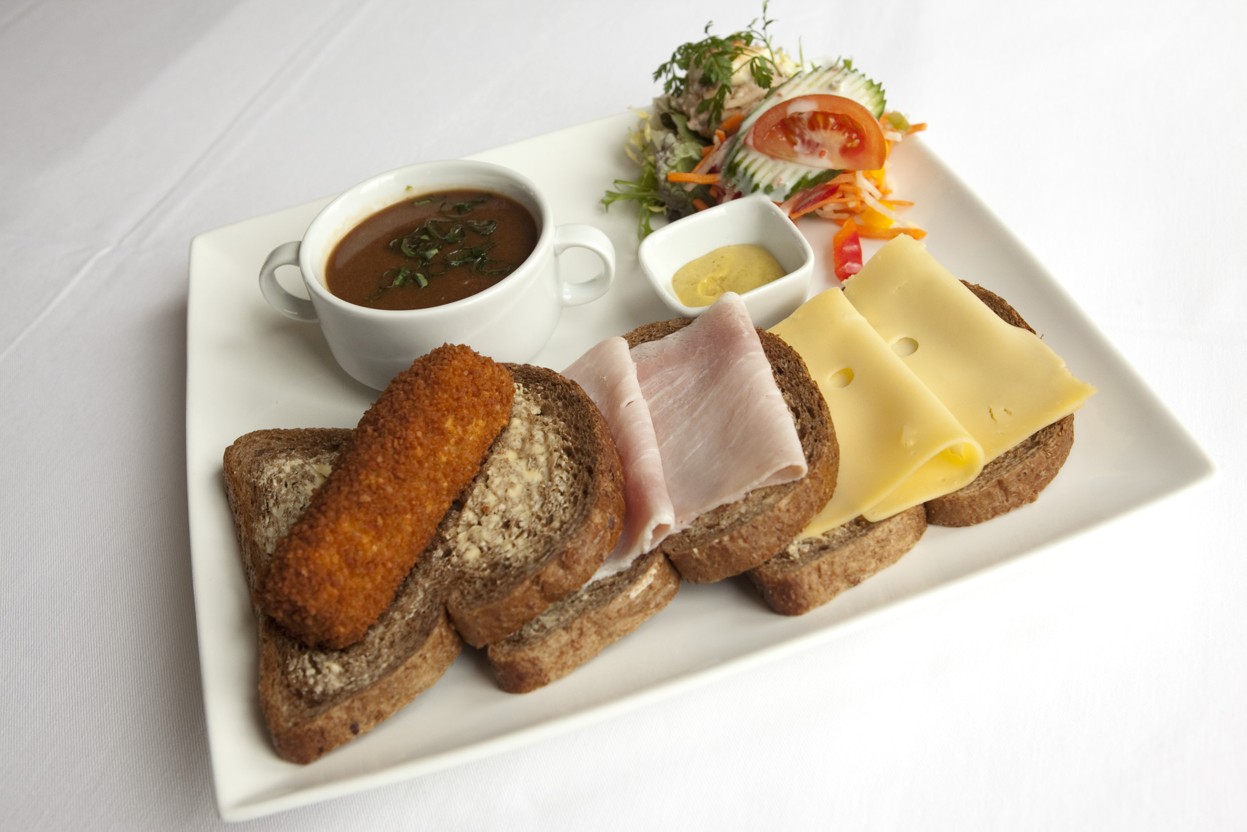 lunch twaalfuurtje brood bread kroket ham kaas cheese soep soup mosterd salade