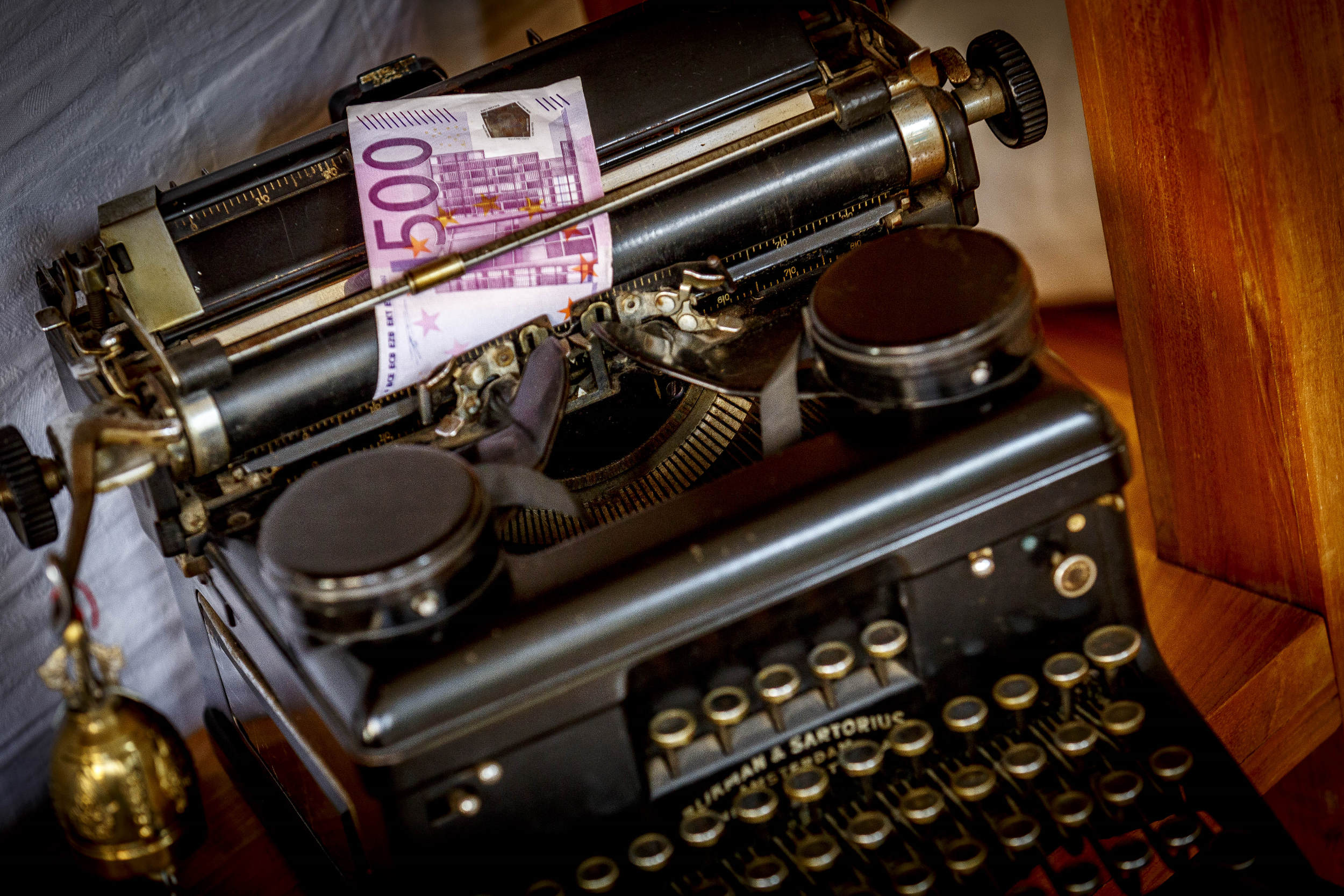 geld, money, bankbiljet, banknote, economie, economy, sparen, financieel, financial, typemachine, typewriter