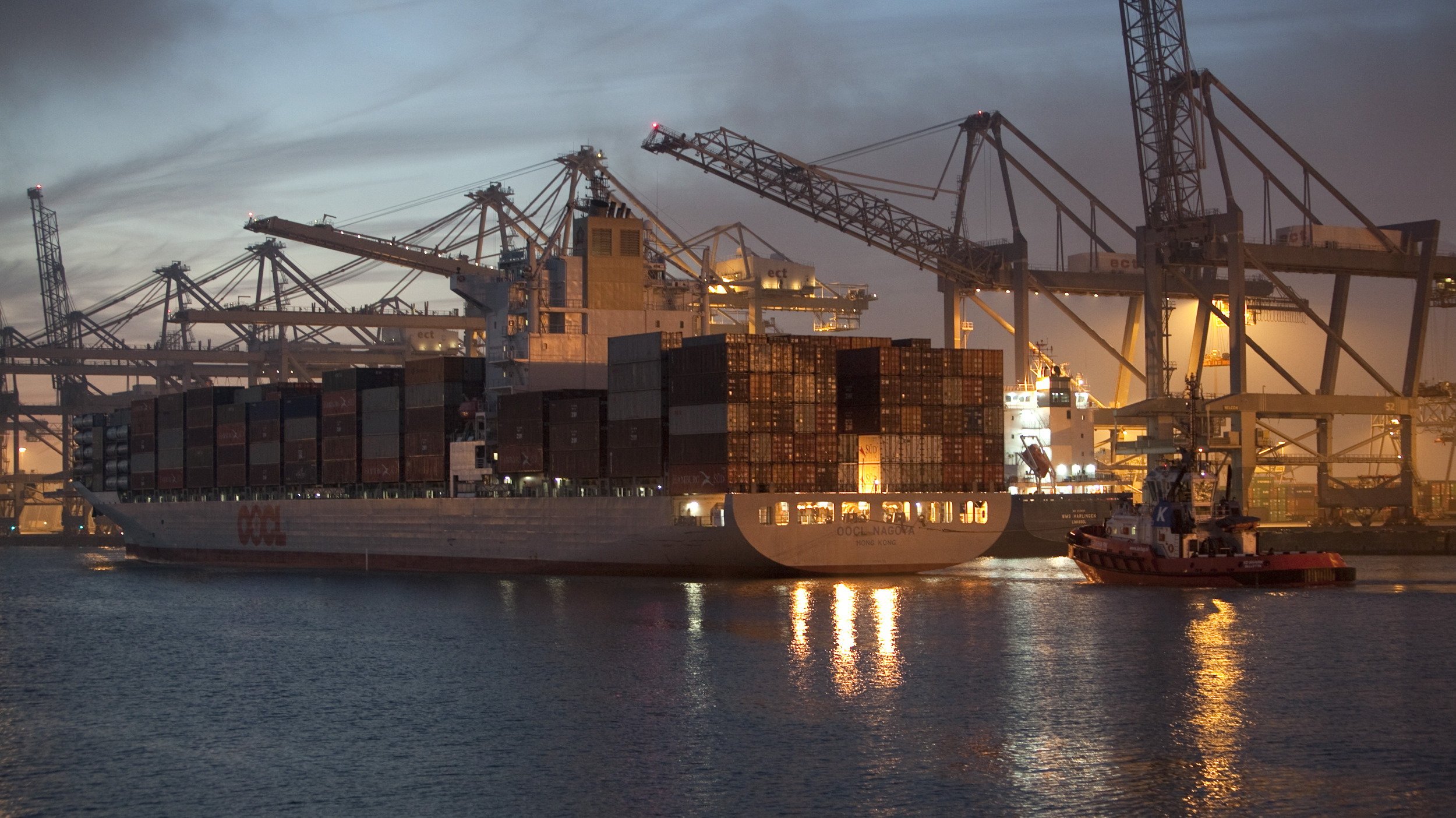 haven industrie nacht verlichting zonsondergang containerschip containers kranen water sleepboot