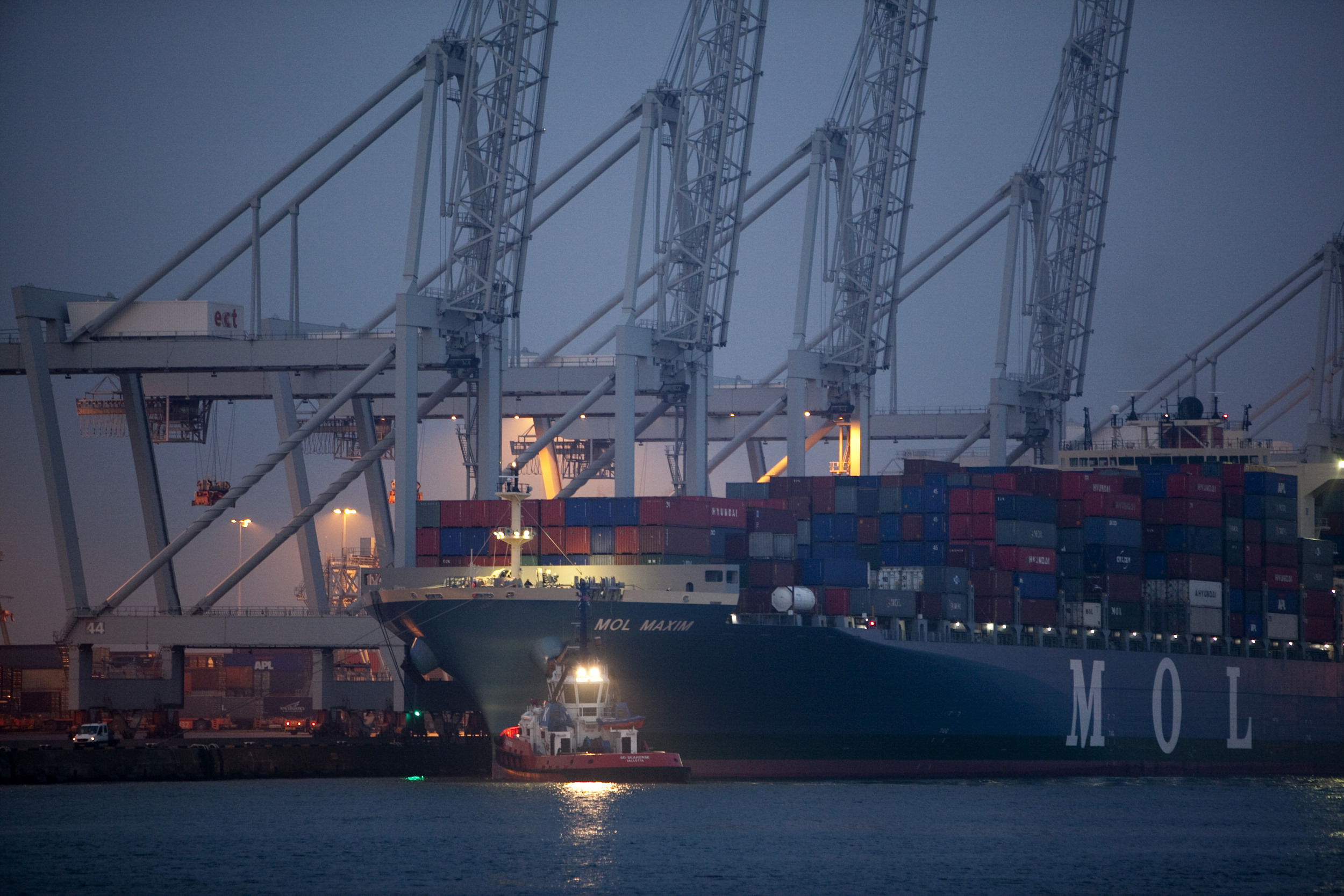 haven industrie nacht verlichting containerschip containers kranen water sleepboot donker